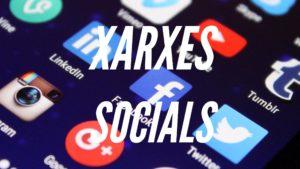 Imatge sobre les xarxes socials amb un fons de apps del mòbil